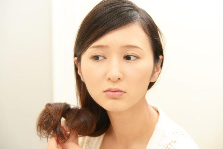 白髪染めで髪は痛む?<5つのタイプ別>最小限に抑える方法