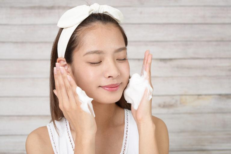 洗顔をする女性の画像