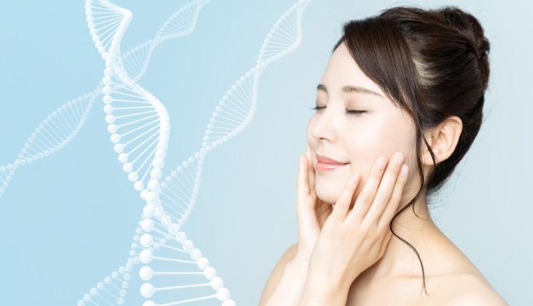 美容液を顔に塗る女性