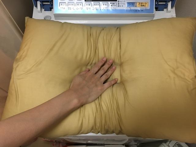 枕を叩く手