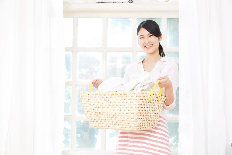 洗濯カゴを持つ女性