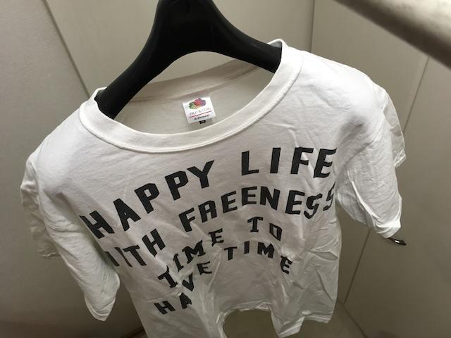 厚みのあるハンガーを使って干したTシャツ