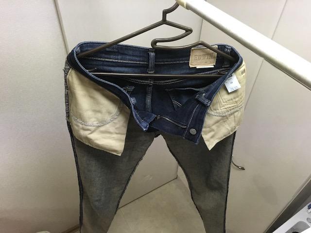 裏返しに干したジーンズ