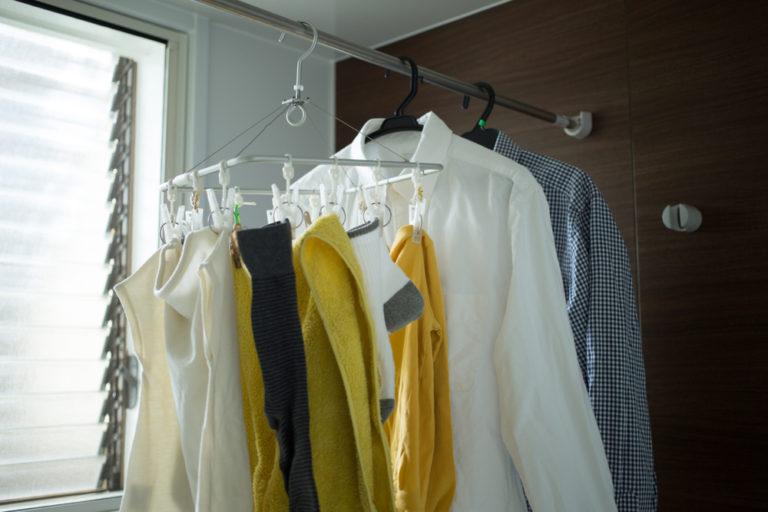 壁付近に干した洗濯物