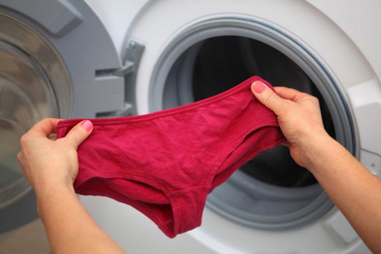赤いパンツを持つ女性
