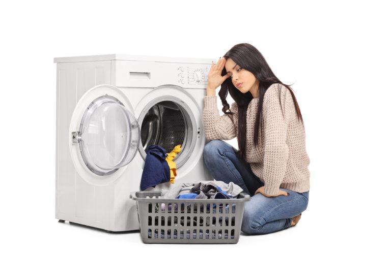 汚れた洗濯ものを処理する女性