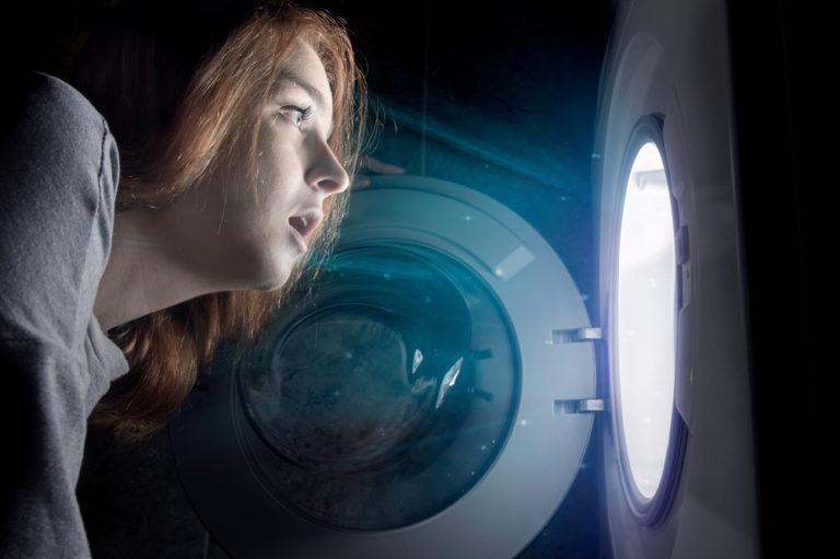 洗濯機を覗く女性