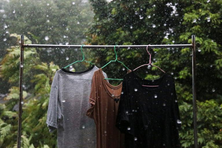 雨に濡れた洗濯物