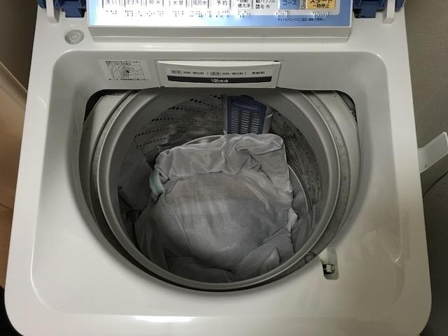 セーターを洗濯機の中へ