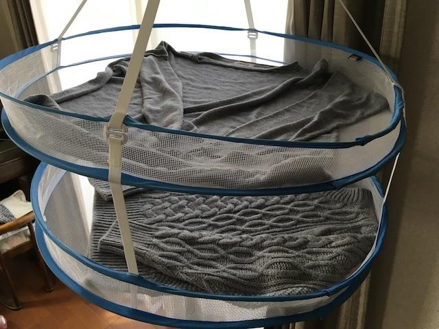 セーターを平干しネットで干す