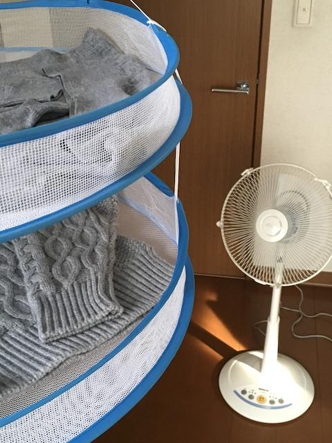 扇風機を使いセーターを乾かす